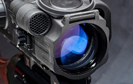Объектив цифрового ПНВ с инфракрасной подсветкой.